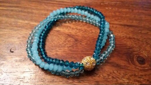 Facetterede rondeller i glas på elastik og en enkelt rhinstens-perle.