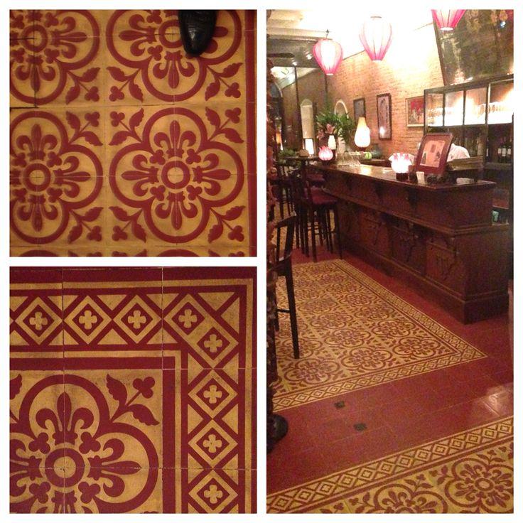 Gorgeous Red And Cream Four Tile Fleur De Lis Motif With Simple Cross Pattern Border