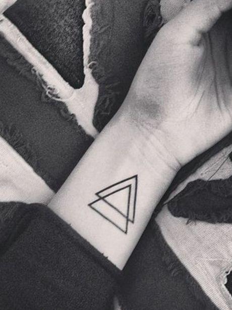 Beau tatouage pour femme géométrique, toute simple ♥ Simple, elegant  women\u0027s wrist tattoo ,