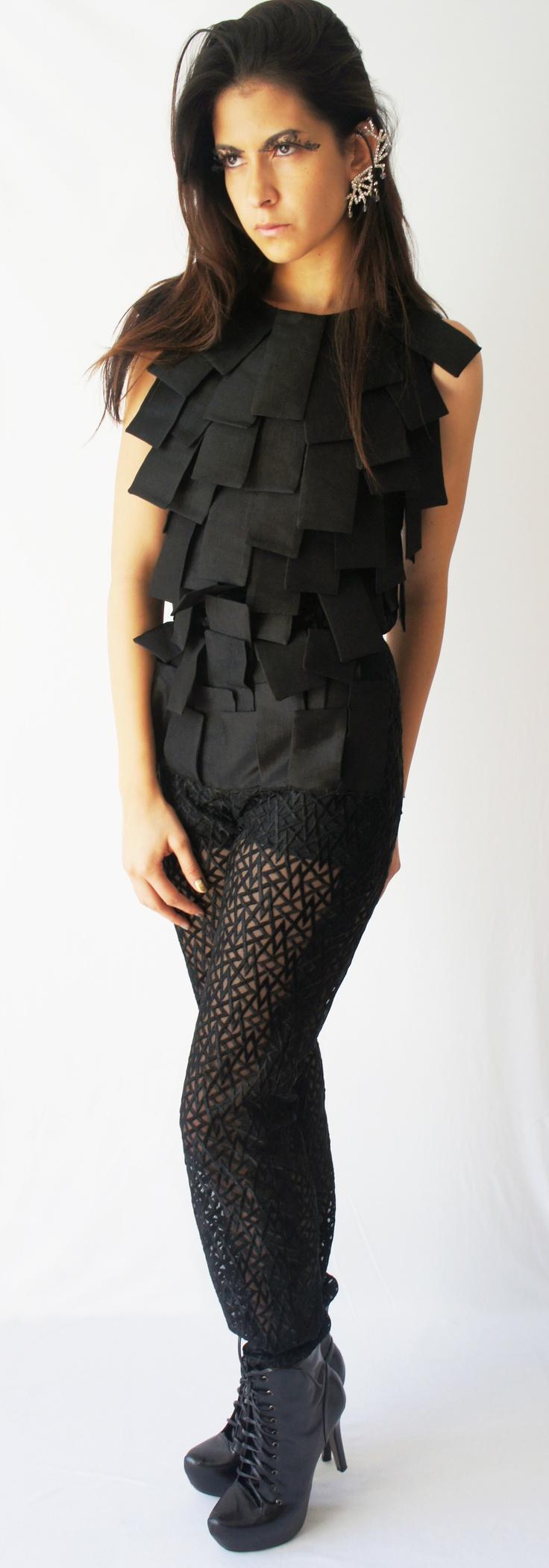 Pantalón y blusa bordada con figuras geométricas, contando con rectángulos cosidos a mano.