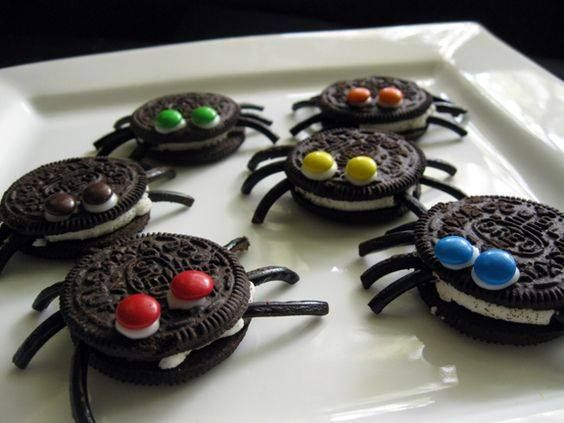 Estos son los ingredientes: galletas dobles oreos , regaliz negro y glaseado blanco.  Lo primero que querrás hacer es...