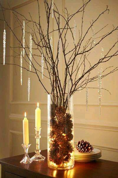Idea de adorno navideño con pinas de pino y ramas