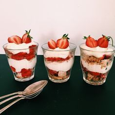 Jordbær. Tryl sæsonens jordbær om til en nem dessert. Foto: Mette Mølbak