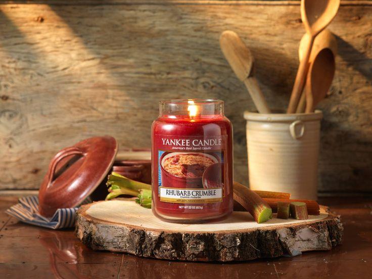 Rhubarb Crumble  Direkt från ugnen, en oemotståndlig varm doft av syrlig rabarber, rörsocker och vanilj.  Ingår i höstens nya doftserie Harvest Time.  #YankeeCandle #HarvetsTime #RhubarbCrumble #Höst2016