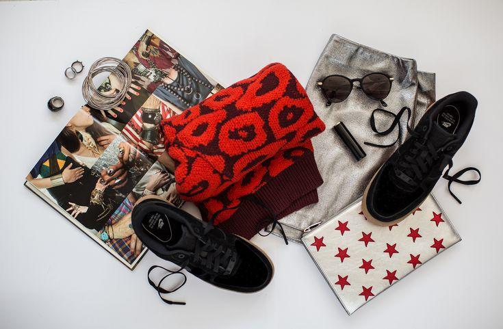 Preparando nuestro look navideño con tenis negros incluidos | #casual #ootd #style #sneakers #shoes #tenis #nike #airforce #fashion #outfits #winter #invierno #negro #black #metallic #flatlay