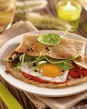 Galettes de blé noir aux épinards et chèvre, œuf miroir et olives noires - une recette Entre amis - Cuisine