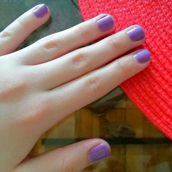 Цвет анютиных глазок на моих ногтях.