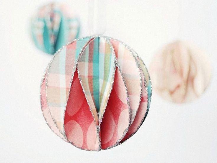 DIY-Anleitung: Glitzernde Weihnachtskugeln aus Papier gestalten via DaWanda.com