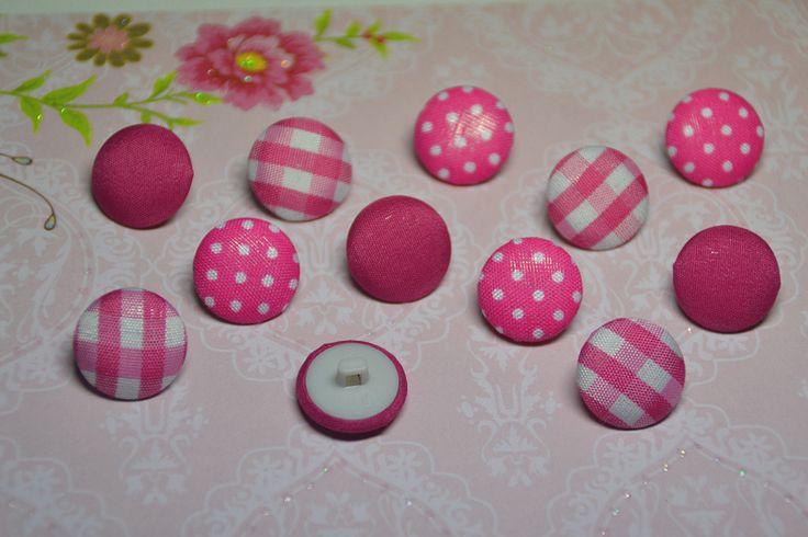 Zauberhafte Stoffknöpfe in den Farben pink und weiß gehalten.  12 Stoffknöpfe  Farbe der Knöpfe: pink, weiß  Motive: Karos, Punkte, uni  Maße der Stoffknöpfe: 17mm --- www.feenzauber-shop.de