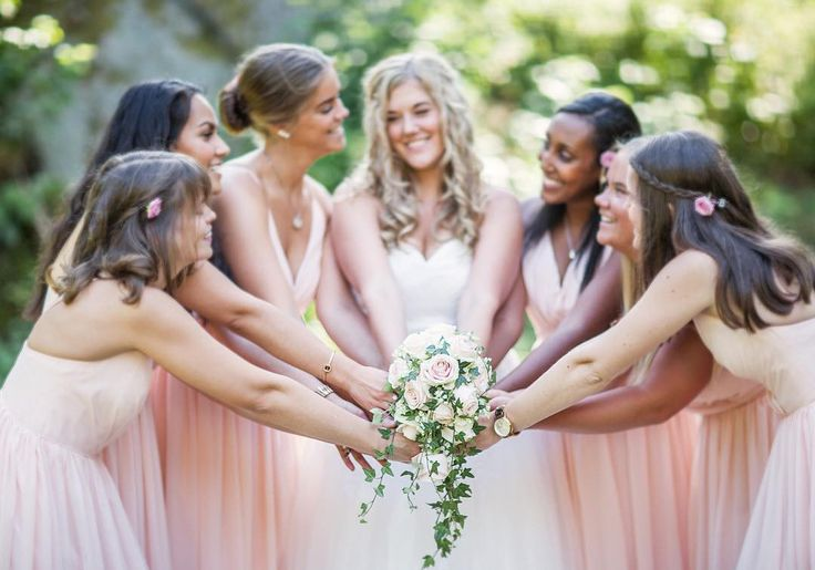 Igår hade Therese sex tärnor😍 så otroligt roligt och som sex vackra ljusrosa praliner runt henne och buketten! Me like 😍😍😍 #bröllop2016 #bröllop2017 #bröllopsfotograf #bröllopekensdal #ekensdal #weddingphotographer #wedding