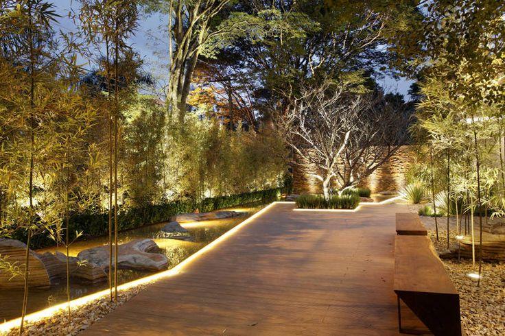 iluminação de jardim com lago artificial