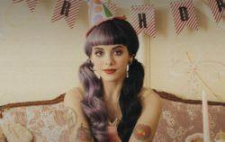 https://www.youtube.com/watch?v=9u14-QBPzSE  Мелани Адель Мартинес родилась 28 апреля 1995, певица, автор песен, фотограф пуэрториканско-доминиканского происхождения. Песня с единственного полноформатного альбома певицы «Cry Baby». В 2012 году Мартинес приняла участие в третьем сезоне...