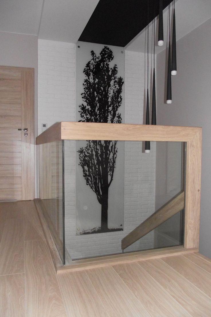 Wnętrza, Klatka schodowa - balustrada klatki schodowej na piętrze, wykonana ze szkła w połączeniu z drewnem. Projekt zrealizowany przez firmę LEGAR