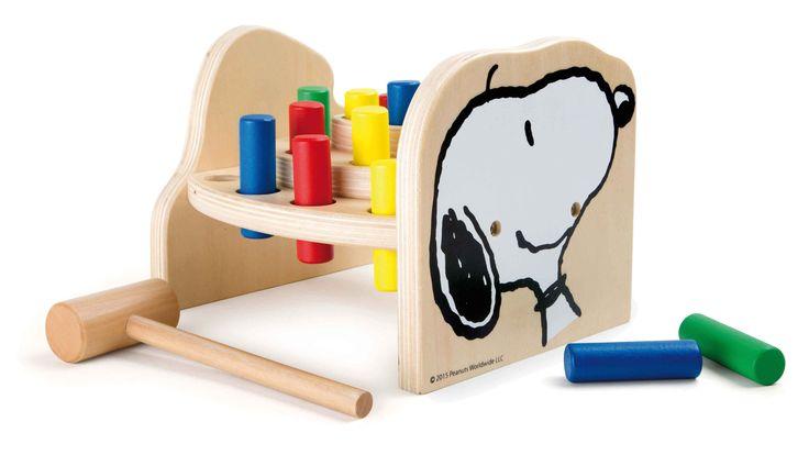 De gekke hond Snoopy en zijn kleine vriend Woodstock worden gekenmerkt op deze hoogwaardige klopbank hamer. De kleurrijke houten pennen zijn neergehaald met de kleine hamer en kan dan weer worden geduwd met de hand. De hamer bank niet alleen traint motorische vaardigheden, maar is ook erg leuk voor kleine kinderen.