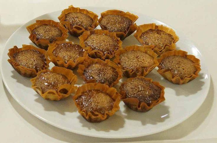 Τα Lurpak Μαγειρέματα ετοίμασαν για σας μια γλυκιά συνταγή για σιροπιαστά καρυδοπιτάκια σε φορμάκια με τραγανό φύλλο κρούστας.