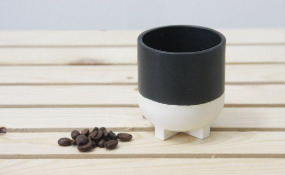 Keramische+espresso-kopje+in+witte+en+zwarte+glazuur.