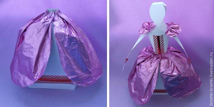 Потребуется: - ватман и клей ПВА; - цветная бумага для волос; - самоклеящаяся бумага, ленточки, кружева для отделки; - «нарядная» бумага для платья — упаковочная, креповая, фольгированная. 1-2. Из ватмана вырежьте по одной детали для юбки, туловища и головы куклы, а также 2 детали для рук (выкройки даны в натуральную величину в конце мастер-класса).…