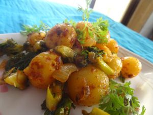 broccoli baby potatoes side dish  Ingredients: 1 cup parboiled broccoli florets 1 cup parboiled baby potatoes 1/2 medium sized onion(finely chopped) 1 tsp fennel seeds 1 sprig of curry leaves 1/2 tspn pepper cummin powder 1/2 tblspn chilli powder Pinch of turmeric powder Salt to taste Few coriander leaves