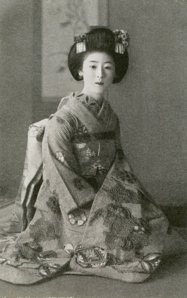 Maiko (apprentice geisha) Fukiko, her kanzashi (hair ornaments) suggest that she is dressed for a tea ceremony, during the late 1920s or early 1930s. Text and image via Blue Ruin 1 on Flickr The Kimono Gallery