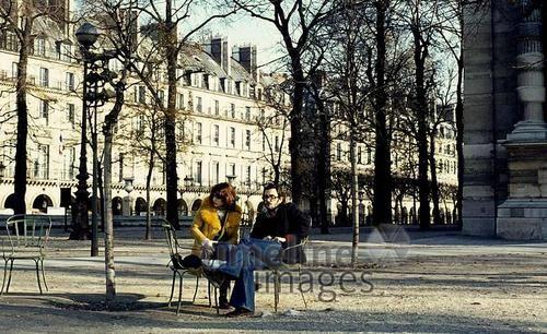 Paar im Jardin des Tuileries in der Nähe des Jeu de Paume in Paris, 1974 Juergen/Timeline Images #Paris #70er #Tuileries #Jardin #Allee