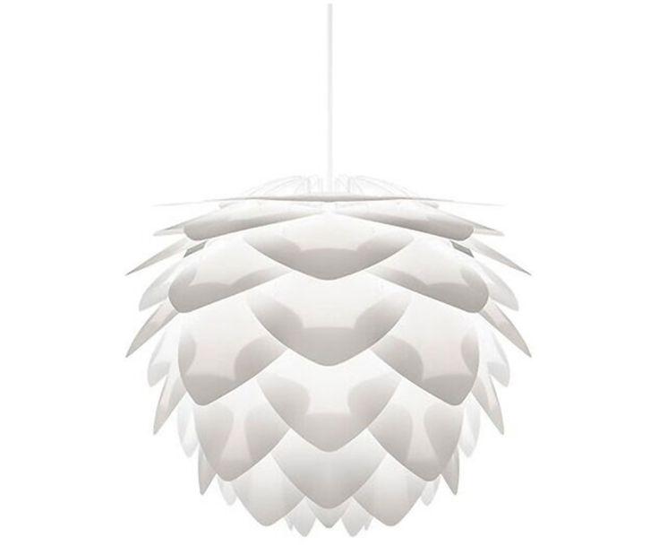 Diese Waben haben es in sich! Egal ob skandinavisch schlicht, puristisch-modern oder verspielt und glamourös: Leuchte SILVIA passt einfach zu jeder Wohnungseinrichtung! Die beliebte Leuchte vom dänischen Designstudio Vita erinnert uns mit ihren übereinander gefächerten Waben an einen Tannenzapfen. Was wir an SILVIA besonders lieben? Sie hat (mindestens) so viel Style wie die ganz Großen, ist preislich aber nicht ganz oben angesiedelt. Echt ein super Deal!