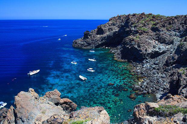 GIRO DELL' ISOLA: The tour of the island by boat has always been a must for tourists. A circumnavigation of Pantelleria to see the volcanic geology of the island, caves, creeks and hot marine springs - Da sempre il giro dell'isola in barca è un percorso obbligatorio per il turista. Una circumnavigazione di Pantelleria per vedere la geologia vulcanica dell'isola, grotte, calette e sorgenti termali marine.