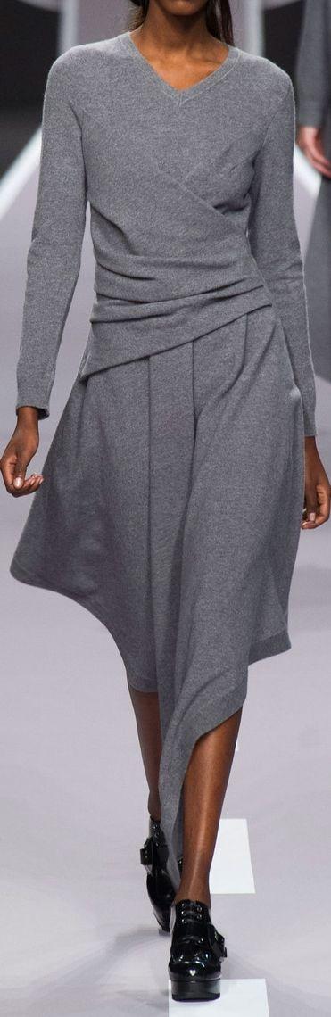 Een prachtige jurk. Alleen de puntzoom vind ik minder geslaagd. Zou een rechte zoom maken. Alleen stretchstof gebruiken.
