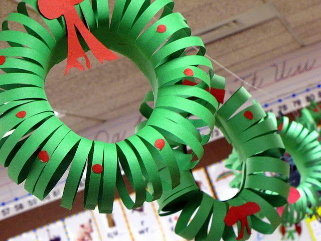 Kerstkrans met uitleg, goede oefening voor de fijne motoriek (recht lijnen knippen)