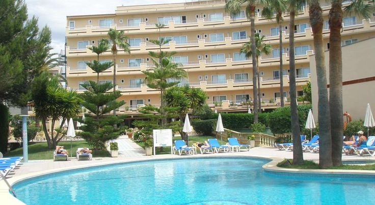 Hotel Metropolitan Playa Playa de Palma Hotel Metropolitan Playa features an outdoor swimming pool and rooms with balconies, situated just 500 metres from Playa de Palma Beach. Set in gardens, it offers a restaurant and gym.  The Metropolitan has simple, bright décor throughout.