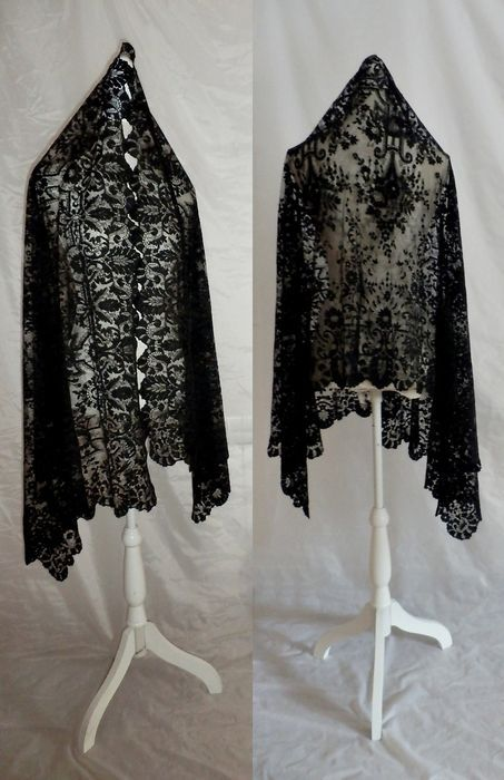Online veilinghuis Catawiki: A large antique lace mantle 'mantilla', Wonderful design, Spain, early 20th century -
