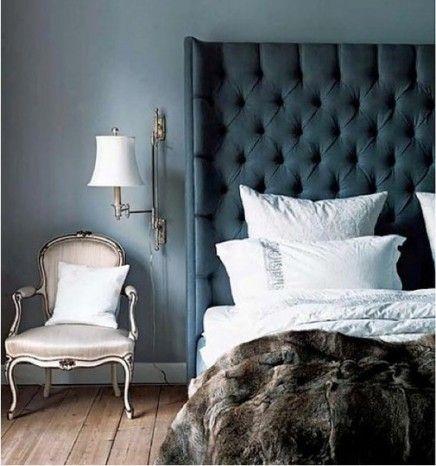   Inrichting-huis.com Licht grijze muur, met witte plinten een een houten vloer. Daar een combi van lichte en donkere meubels op.