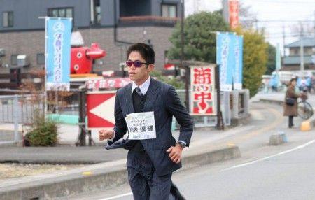 Yuki Kawauchi, un maratoneta giapponese da 2h08′, nel tempo ci ha abituati alle sue imprese non convenzionali. E dopo essersi qualificato per Rio 2016,ha partecipato alla Mezza maratona del Giappone a Kuki, presentandosi alla partenza vestito di tutto punto. Giacca, cravatta e scarpe che hanno […]