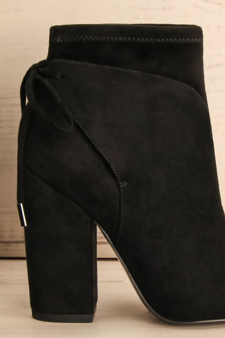 Bottillons noirs à talons hauts et bouts pointus - Black suede pointy toed, suede high heeled booties