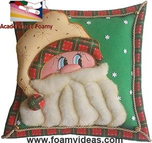 A nice decorated pillow for Christmas, made from EVA foam. Cojín navideño de foamy (o goma EVA). http://www.foamyideas.com/proyectos/proyecto-p8-cojin-navideno (Videotutorial)