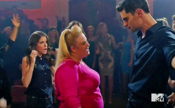 Two a capella teams go head to head in a '90s Hip-Hop Jamz battle in the newest Pitch Perfect 2 clip.