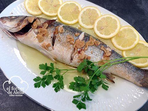 Carmen en el Forner de Alella nos prearara una rica lubina al ajillo, una receta de pescado que se preara en el horno consimentada con aceite y limón