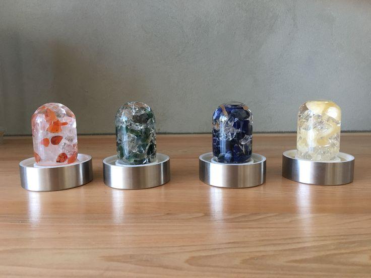 Capsulas con distintas gemas para dar  energía a tu agua. Sodalita, esmeralda, Calcita Naranja, cuarzo claro.