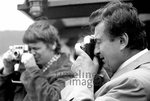Fotografen in den USA, 1973 Juergen/Timeline Images #Atmosphäre #atmosphärisch #Design #Designkonzept #Farben #Konzept #kreativ #Kreativität #Moodboard #Mood #Stimmung #stimmungsvoll #Thema #Moodboardideen #Moodboarddesign #Paris #Cafe #Kontraste #Touristen #Jacken #Mäntel #60er