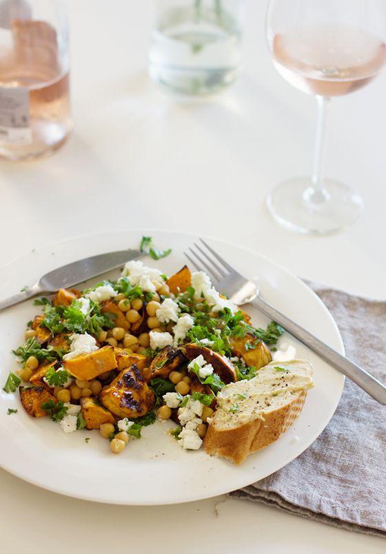 Tätä ohjetta toivottiin uusintana: se ruokaisa salaatti, jonka kastikkeessa on MAKUA. Täältä pesee! Bataatin sijaan tämän salaatin voi tehdä mainiosti myös porkkanoista. Ja kikherneet voi vaihtaa linsseihin, oikein hyvää niinkin. Bataatti-kikherne-fetasalaatti tahinikastikkeella (kahdelle) 1 keskikokoinen bataatti (500-600 g) oliiviöljyä suolaa mustapippuria 1 tlk käyttövalmiita kikherneitä 1 puntti persiljaa 100 g vuohenfetaa kastike: 1 tl tahinia... View Article