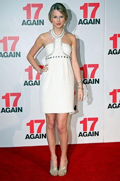 Taylor Swift, 'reina' de la música... y de la moda Taylor Swift, en la 'premiere' de la película '17 Again', llevó un vestido entallado con escote 'halter' con escote adornado, de Rachel Gilbert Amber, y sandalias, de Fendi.