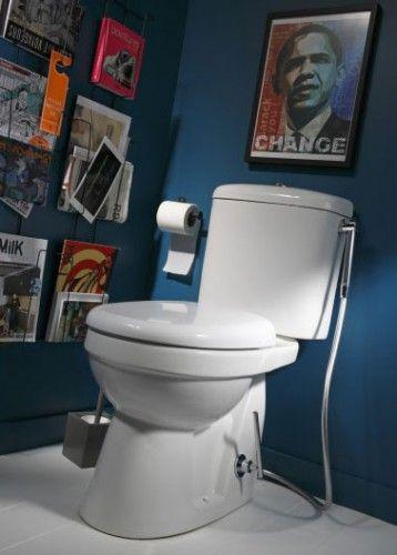 Une peinture WC bleu nuit pour une déco à l'heure américaine avec des revues hautes en couleurs accrochées dans présentoir noir. Peinture Luxens Leroy Melin