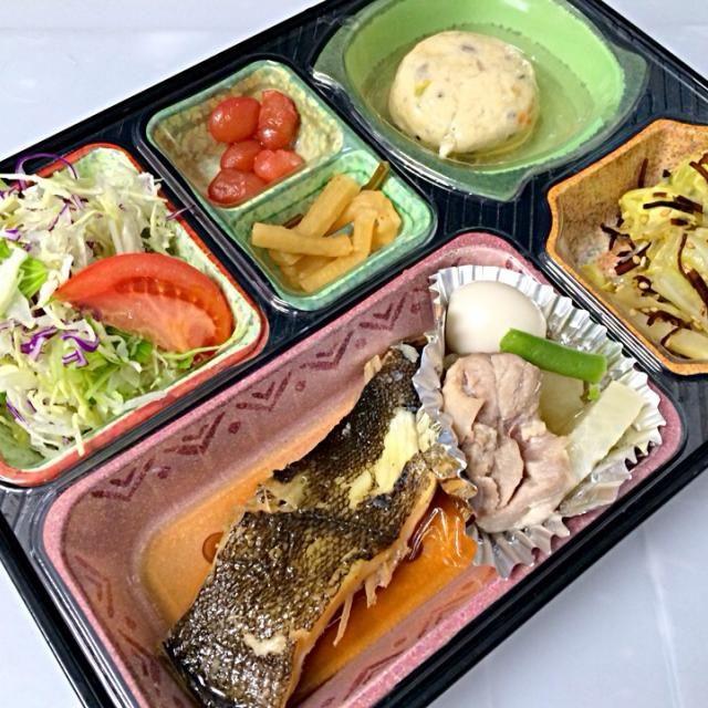 カレイの煮付け 鶏肉と大根のこっくり煮 五目豆腐あんかけ キャベツのゴマコブあえ サラダ、漬物他  ごはんはあいちのかおりを使用しています。  豊川市と豊橋市の一部に宅配しています。 - 8件のもぐもぐ - 日替わり弁当 カレイの煮付け 豊川市のお弁当屋さんは by Naokazu Kurita
