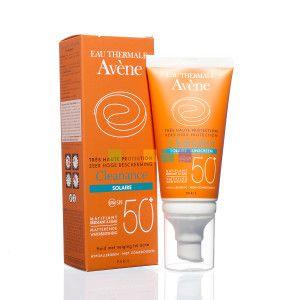 Zeer hoge zonnebescherming voor de vette huid met neiging tot acne die blootgesteld wordt aan felle zon. De Avène Cleanance Solaire SPF 50+ beschikbaar op PharmaMarket.be.