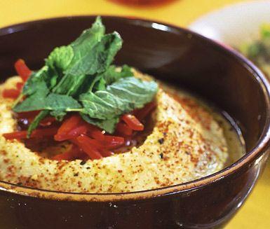 Hummus är en härlig kikärtsröra med en len, något kryddig och lite syrlig smak. Hummus är enkelt att göra och är väldigt gott till kyckling, kött, sallad eller bröd.
