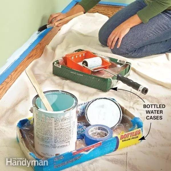 11/ Servez-vous d'une vieille caisse de bouteilles d'eau pour y placer vos accessoires de peinture 12/ Utilisez des lingettes nettoyantes pour essuyer de petites tâches de peinture 13/ Conservez votre rouleau de peinture dans un sac à zip et placez-le dans une boîte de Pringles 14/ Si vous avez un vieux ruban de masquage, mettez-le …