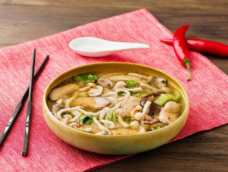 Japanse noedelsoep met kipreepjes en paddenstoelen