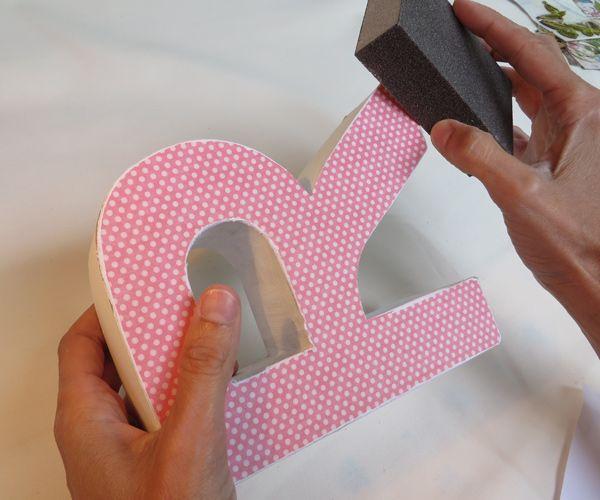 Decora una letra de cartón con la técnica del scrap