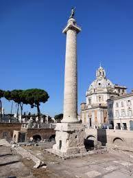 1)Nome=colonna traiana; 2)Autore= Apollodoro di Damasco (ordine di Traiano); 3)Data= 110-113 d.C per celebrare le vittorie sui Daci nel 102 e 107; 4)Tecnica= colonna tuscanica coclidea in marmo di 39,86m X 3,83m, composta da un toro ornato di foglie d'alloro, un fusto con 17 rocchi, percorsi da 24 scanalature, e il capitello che poggiano su una base di 10m; interamente fasciata da un nastro che descrive le imprese militari 5)Luogo di conservazione= Roma, Foro Traiano