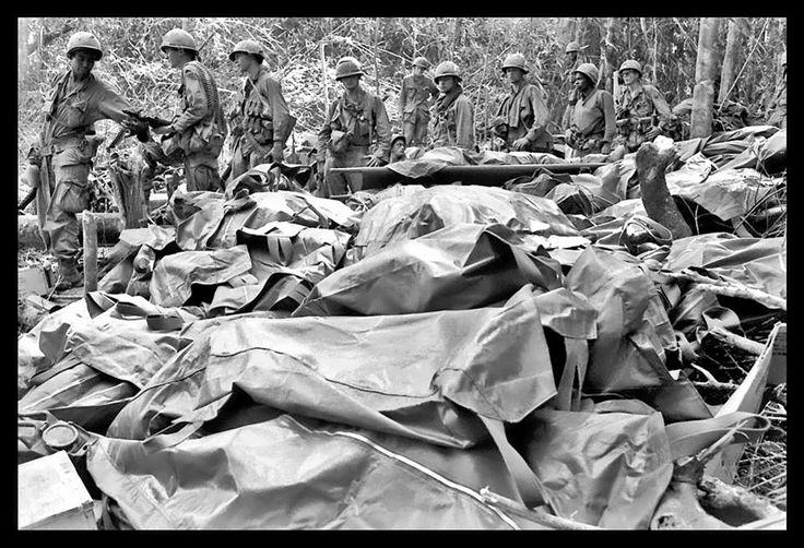 Soldados de la 173ª Brigada Aerotranportada pasan en fila por delante de los cuerpos de sus camaradas caídos (23 de noviembre de 1967), tras la captura de la Colina 875 durante los combates de Dak To.  -Kyoichi Sawada