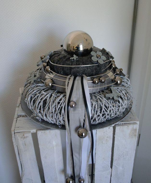 Hallo zusammen! Biete Euch hier einen schönen Kranz  in Naturtönen an. Er wurde in liebevoller Handarbeit von mir gefertigt.  Dieser Kranz kann sowohl als Tischkranz oder wo er auch wunderbar...